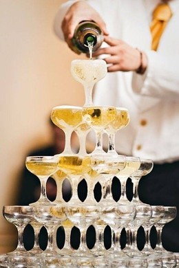При заказе свадебного банкета - горка шампанского в подарок
