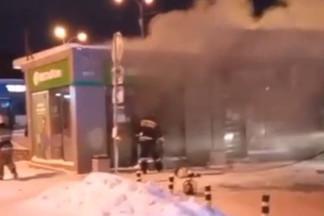 Появилось видео с места пожара на Кузнецова, где загорелся салон сотовой связи
