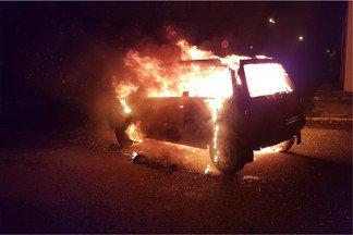 «От машины убегали молодые люди»: на Эльмаше подожгли и бросили «Оку»