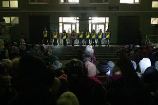 Флешмоб «Засветись»: школьники Эльмаша провели акцию по безопасности дорожного движения