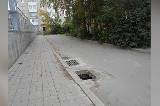 По Екатеринбургу опасно ездить: неизвестные массово воруют решетки «ливневки»