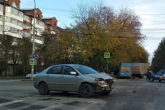 На Уралмаше машина налетела на дорожный знак и он рухнул на пешехода