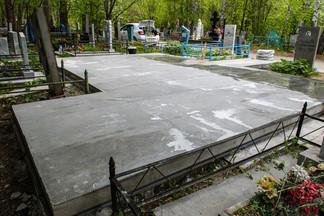 В Екатеринбурге убрали памятник «уралмашевским» авторитетам 90-х
