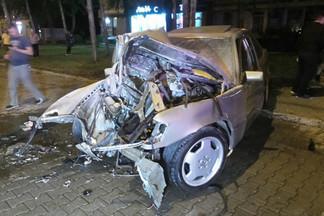 Пытался обогнать Chevrolet: у метро «Уралмаш» Mercedes на огромной скорости врезался в столб