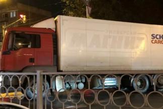 На Уралмаше грузовик без водителя выехал на перекресток