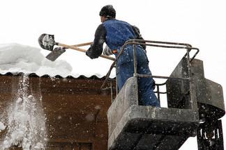 В Екатеринбурге снег с крыш скидывают прямо на голову прохожим