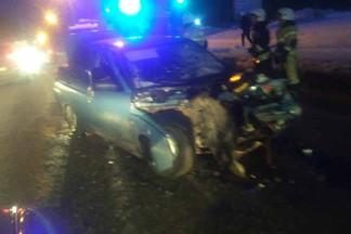 Рано утром на Эльмаше столкнулись две машины, одну отбросило на пешехода