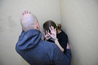 Связали руки и стянули штаны: на Уралмаше злоумышленники в масках пытались изнасиловать 17-летнюю девушку