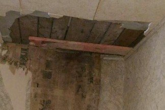 «Приколотили доску на потолок»: жильцов дома на Суворовском, где дважды рухнули перекрытия, не расселят