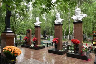 На Северное кладбище вернули реконструированные памятники лидерам ОПС «Уралмаш»
