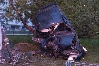 На Уралмаше пьяный водитель, пытаясь уйти от погони ГИБДД, повис на дереве