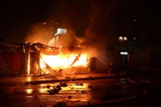 Утром на Уралмаше сгорел торговый павильон