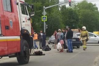 На Эльмаше мотоциклист врезался в Lanos