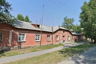 На Эльмаше начали сносить одноэтажные бордовые бараки послевоенной постройки