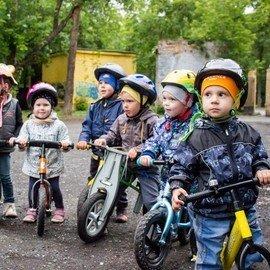 Уличные тренировки на беговелах для детей