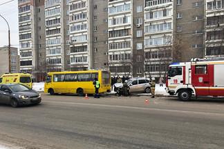 На Эльмаше пьяный водитель китайского внедорожника врезался в маршрутку на остановке