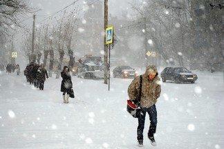 Метель парализовала движение в Екатеринбурге. Дорожники бездействуют