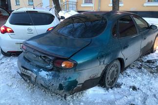 «Машина сильно виляла»: в Екатеринбурге ищут владельца автомобиля, сбившего две иномарки на Эльмаше