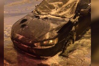 На Уралмаше машина вмёрзла в лёд из-за аварии на сетях Водоканала