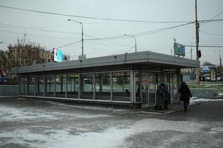 «Работники метрополитена вытолкали всех»: станцию метро «Уралмаш» перекрыли из-за забытого подарка