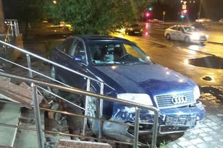 На Эльмаше женщина за рулем Audi, уходя от погони, протаранила крыльцо магазина