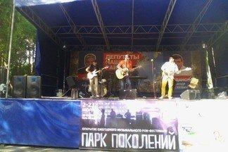 Рок-музыканты отказались участвовать в фестивале на Уралмаше из-за портретов депутатов на сцене