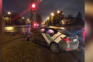 Два ДТП с каршеринговыми авто за ночь: на Уралмаше сбили человека, водитель скрылся
