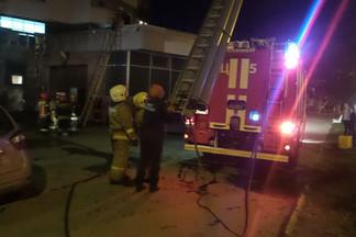 «Огонь поднялся до четвертого этажа, люди выбегают»: на Эльмаше загорелся «Минимарт»