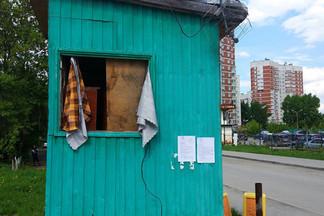 С незаконной парковки на Эльмаше вывезена будка охраны: работа Администрации с НТО продолжается