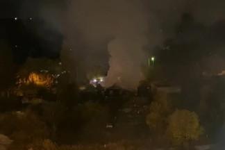 На Уралмаше горит частный дом