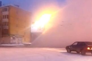 На Уралмаше прорвавшаяся труба затопила дорогу и снизила отопление в 34 домах