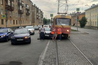 На Уралмаше трамвай «заскочил» на иномарку. Видео последствий аварии