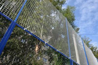 Корт во дворе дома № 52 по улице Старых большевиков обрел новую защитную сетку