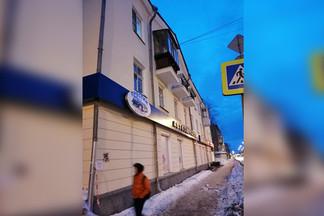 В Екатеринбурге на маму с четырехмесячным ребенком упала глыба льда