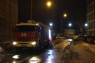 На Эльмаше ночью сгорели Peugeot и Mazda, жильцы слышали два хлопка