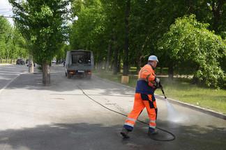 Уборка улиц Орджоникидзевского района ведется с использованием высоконапорного оборудования