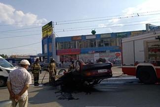Видео вчерашнего ДТП на Уралмаше, где перевернулась машина.