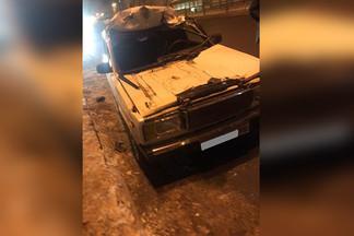 На проспекте Космонавтов жигули залетели под грузовик, у машины срезало крышу