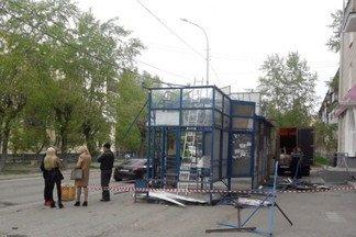 На Эльмаше снесли остановку, которая оказалась самовольной постройкой