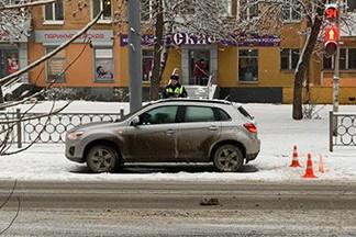 На Уралмаше женщина на Mitsubishi пыталась проскочить на желтый и сбила шестилетнюю девочку