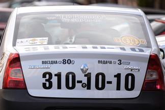 На Эльмаше за рулём умер таксист. Машину остановила пассажирка