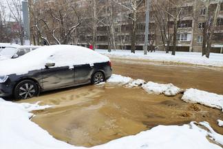 «Жалко машину, примерзнет»: на Уралмаше затопило дорогу и перекресток