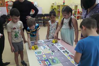 «Знатоки правил дорожного движения»: открытое занятие прошло в детском саду № 521