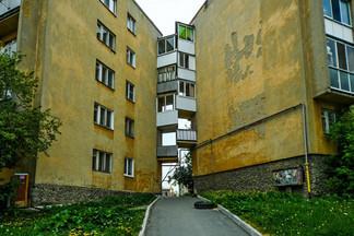 «Падали кирпичи и оконные рамы»: екатеринбуржцы — о «целующихся» домах на Эльмаше