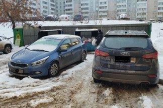 «Настоящий хаос!» На Эльмаше управляющая компания не вывозит мусор из-за машин жильцов.