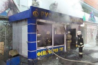 На Уралмашевском рынке сгорел киоск с фейерверками