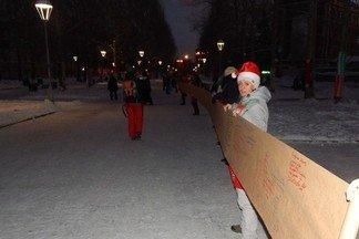 «Хочу, чтобы весь мир царил добротой»: жители Уралмаша написали 50-метровое письмо Деду Морозу. Видео