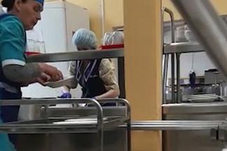 В Екатеринбурге наказали сотрудников школьного пищеблока, которые раскладывали сосиски голыми руками