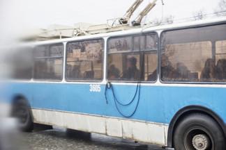 Троллейбус вчера вечером сбил пешехода на Уралмаше