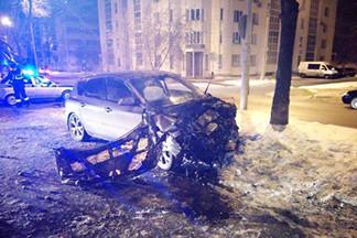 В Екатеринбурге на Уралмаше пьяный водитель, пытаясь скрыться от полиции, влетел в дерево